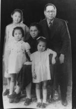 1941年在天津,后排左一资中筠、右一资耀华