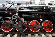 工人养护蒸汽机