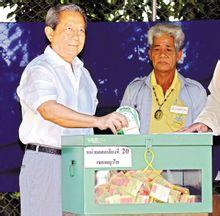 泰国总理素拉育(左)在首都曼谷一投票