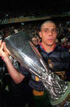 罗纳尔多捧起联盟杯