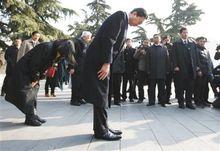 鸠山由纪夫南京大屠杀遇难同胞纪念馆参观