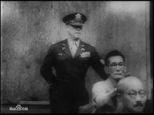 大川周明在法庭上殴打东条秃头装疯
